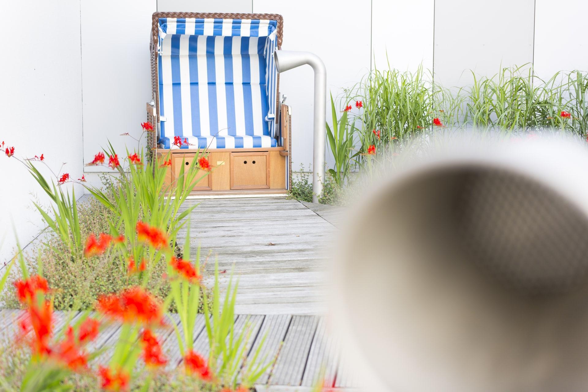Hof der Ruhe, Strandkorb mit Röhrentelefon